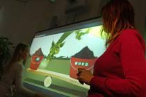 Animovaný Březenský drak hlasem herce Oty Jiráka vysvětluje dětem, kde se vzalo uhlí a k čemu slouží.