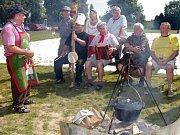 Chlumecký guláš. Ke kotlíku guláše dostanete pořádnou porci country, folku a bluegrassové muziky. Ilustrační foto.