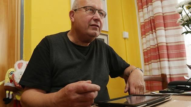 Hejtman Oldřich Bubeníček v sobotu sledoval vývoj voleb doma. Nyní vede vyjednávací tým KSČM.
