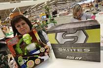 Na Informacích trmického hypermarketu Globus zákazníci vyměňovali zboží, které převážně dostali pod stromeček. Vedle oblečení a obuvi ukazuje Martina Morávková i vrácenou hračku zelenou zombie figurku.