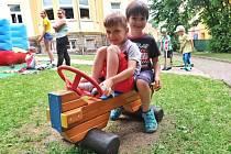 Děti v MŠ Pohádka v Ústí nad Labem sportují na novém hřišti.
