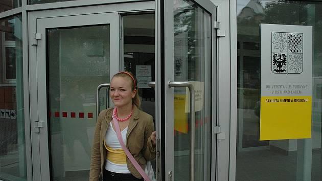 Akademický školní rok 2009/2010 na ústecké Univerzitě Jana Evangelisty Purkyně začal. Novopečenou studentkou fakulty umění a designu, které začaly od včerejšího dne školní povinnosti, je  (na snímku) Jana Hradecká z Karlových Varů.