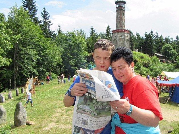 Rodinka zTanvaldu si čte ina šermířském turnaji na Štěpánce.