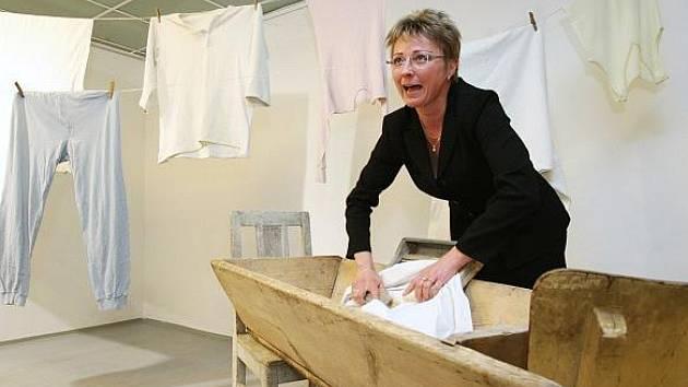 Marie Logrová, mluvčí ústecké Spolchemie a STZ, názorně ukazuje, jak se dříve pralo pomocí mýdla s jelenem.