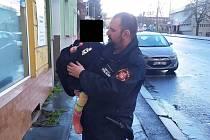 Strážník s nalezenou holčičkou