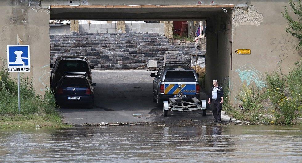 Pátrání po sebevrahovi v Labi u mostu E. Beneše v Ústí nad Labem
