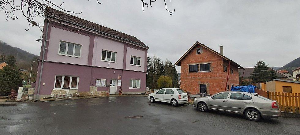 Malé Březno je malá obec o zhruba 515 obyvatelích u hranice s Děčínskem, na střekovské straně Labe. Její součástí je obec Leština. Snímky z procházky obcí. Radnice.