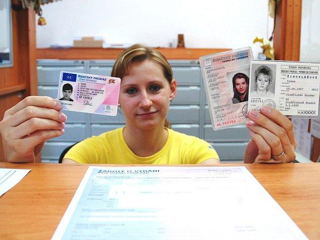 Dana Hübnerová ukazuje nový řidičský průkaz (v pravé ruce) a staré doklady, které je potřeba vyměnit. Lhůta pro výměnu se krátí. Řidiči to musí stihnout do konce letošního roku.