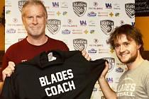 Manažer Blades Jakub Valjent (vpravo) představuje nového kouče týmu – Američana Ciarana Kellyho.