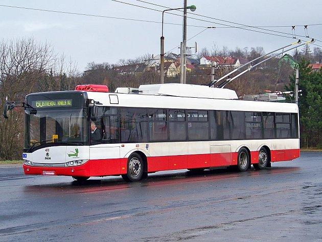 Trolejbus Škoda 28Tr Solaris na točně Mírová.