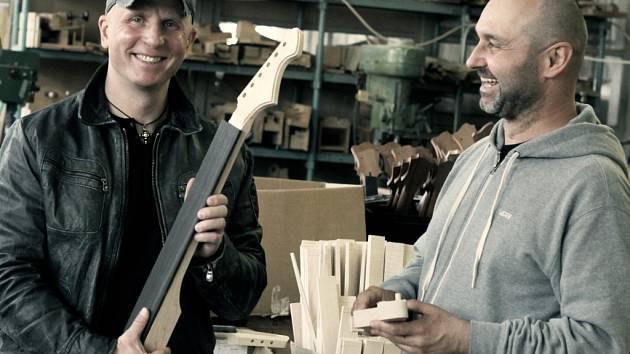 Sám Ota Váňa z Kabátu byl také při výrobě unikátní bílé kytary pro výherce.