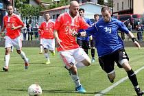 Fotbalisté Chuderova (modří) přivezli tři body z Dobkovic