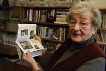 Anna Rauerová, stále aktivní dáma (82), řadu let pečovala o kroniky obce Řehlovice. Na snímku ukazuje unikátní česko-německou knihu plnou dobových snímků a vzpomínek z Řehlovic a okolí.