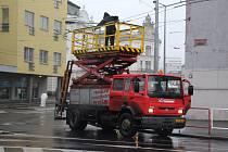 Poškozené trakční vedení způsobilo v úterý dopoledne kolaps v dopravě v centru Ústí.