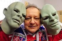 Vasil Simkovič je známý tím, že na zápasy národních týmů chodí v gumové masce Fantomase, kterou z hlavy nesundavá. Na malém snímku je z olympiády ve Vancouveru při hokejovém zápase ČR – Slovensko.