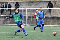 Zimní turnaj v Neštěmicích, utkání VK Vchynice (modrožlutí) proti FK Neštěmice dorost (zelené a žluté vesty).