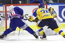 Brankář Ústeckých Lvů Pavel Francouz právě zasahuje v utkání na ledě Vrchlabí. Lvi nakonec zvítězili 2:1 po samostatných nájezdech.