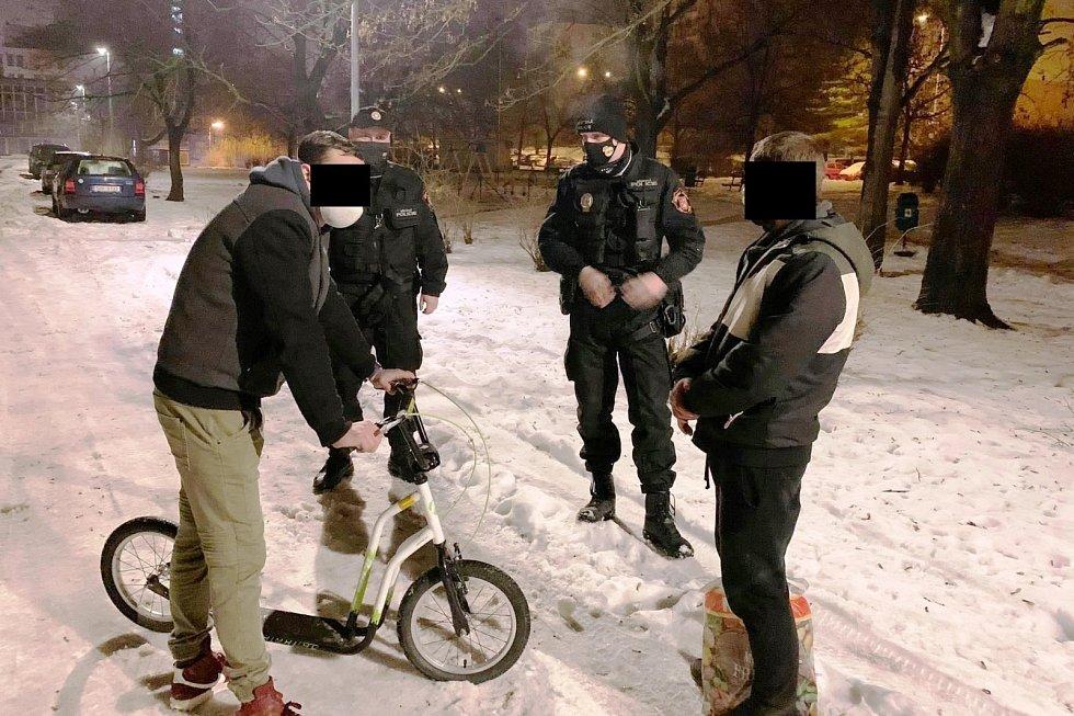 Ústečtí strážníci zastavili podezřelé muže s koloběžkou