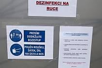 Instrukce u volební místnosti na střekovském úřadu