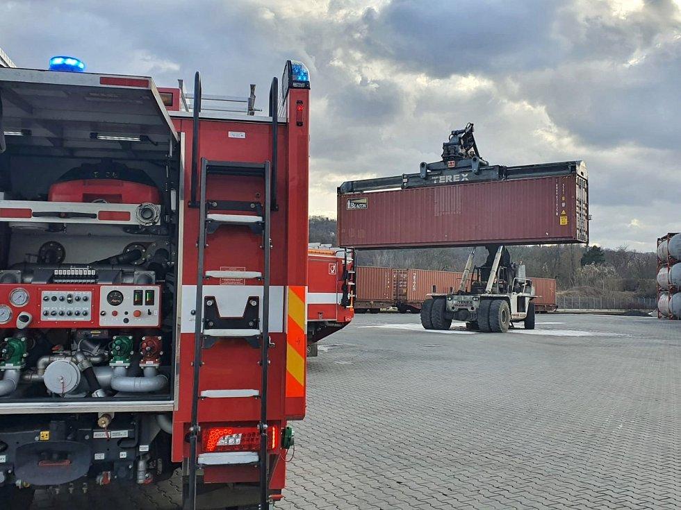 V přístavu v Krásném Březně hořel nakladač