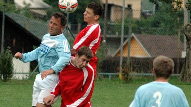 Fotbalisté Tisé (modří) prohráli v Dobkovicích 2:3.