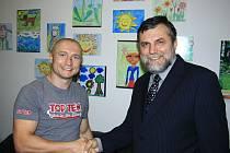 Základní škola Rabasova slaví dvacet let. Podívat se přišel i bývalý žák a boxer Lukaáš Konečný (vlevo). Na snímku s ředitelem Václavem Pěkným.