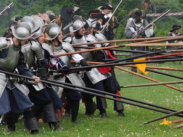 Ukázka běžné bojové taktiky z třicetileté války, v provedení skupin historického šermu.