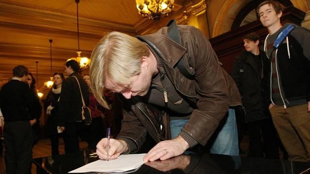 Umělci v Národním divadle podepisovali petici na podporu Činoherního studia.