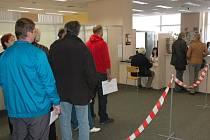 Brzy po ránu čekalo před úřadem na pět desítek žadatelů o dotace na nový kotel.