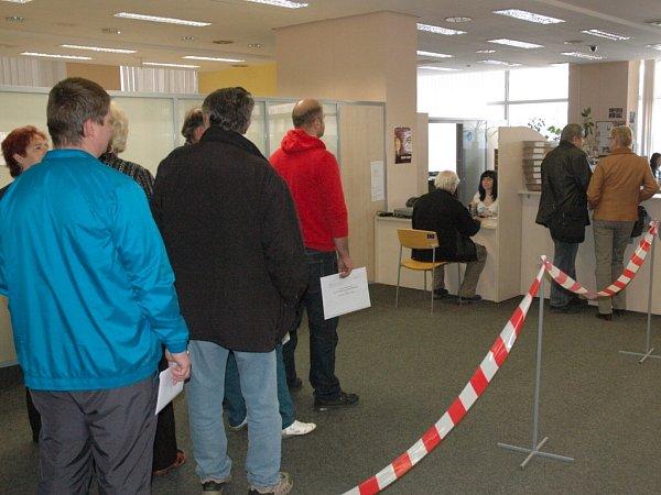 Brzy po ránu čekalo před úřadem na pět desítek žadatelů odotace na nový kotel.