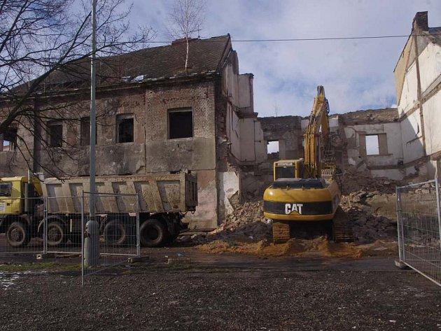 Zchátralý dům vpředlické ulici Beneše Lounského šel kzemi.