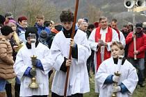 Více než stovka ústeckých věřících vynesla od kostela Nanebevzetí Panny Marie až na Mariánskou skálu kříž.