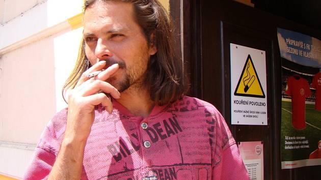 Od nového roku budou pravděpodobně kuřáci muset s cigaretou před hospodu.