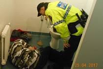 Bezdomovec si ustlal na dámských záchodcích v nemocnici.