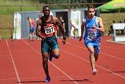 Sprinter Josh Swaray v rozběhu na sto metrů.