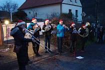 Ústečtí trubači zahráli na Štědrý den v Brné na Ústecku