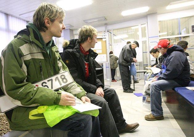 Na registru vozidel ústeckého magistrátu čekají lidé na přepis nebo odpis auta několik hodin.