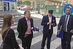 Účastníci projektu Deník-bus se scházejí před redakcí Ústeckého deníku.