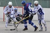 Hokejbalisté Ústí (světlé dresy) si poradili s nováčkem z Pardubic (3:1) a do extraligové tabulky si připsali první tři body.