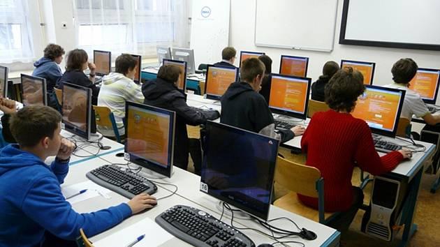 Soutěžícím je vygenerováno 25 otázek z oblasti informatiky a logiky formou online testu.