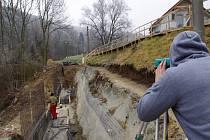 Sanace sesuvu pokračuje zesilováním svahu ocelovou konstrukcí a betonem. Sesuv je již třetím, který za poslední dva roky Ryjice zažily.