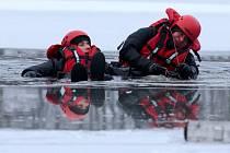 Hasiči nacvičovali záchranu tonoucích z ledu.