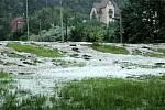 V krásnobřezenské ulici U Potůčku se vylil potok z koryta.