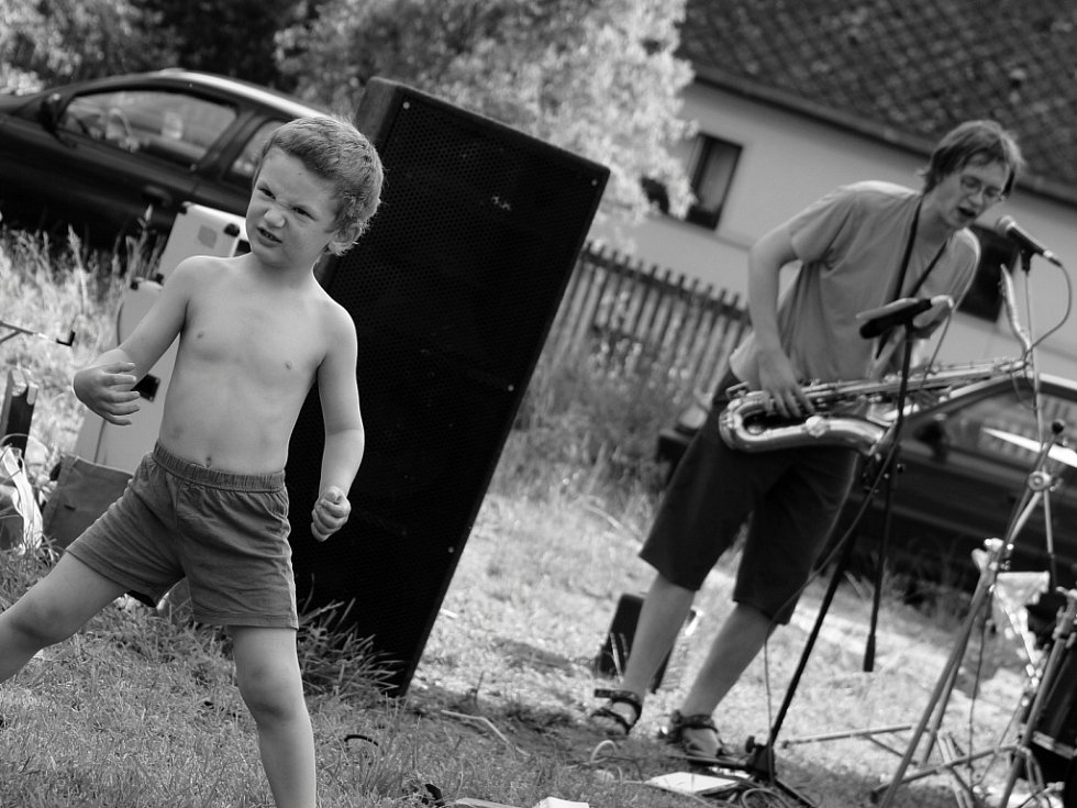 Z loňského Zubra. Hudba ve skanzenu bavila i děti.