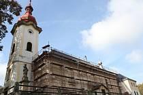 Opraveným kostelem svatého Mikuláše s unikátní prosklenou střechou se mohou pochlubit v Petrovicích.