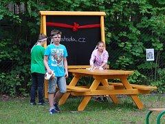 Školáci z FZŠ České mládeže se budou učit na školním dvoře.