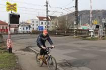 Přejezd v Žukovově ulici nad kruhovou křižovatkou prochází opravou.
