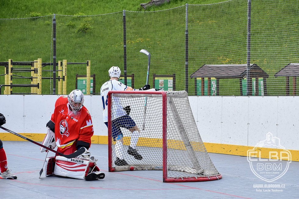 Elba DDM Ústí nad Labem - Hradec Králové, restart hokejbalové extraligy 2020/2021. Martin Stupka právě střílí první ze svých dvou branek