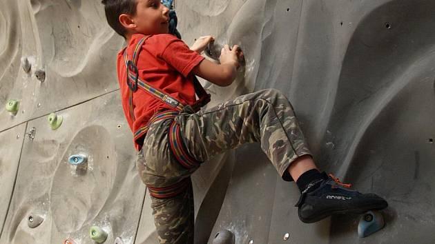 ÚSTECKÉ LEZECKÉ CENTRUM poskytuje především 9 metrů horolezecké skály v imitaci pískovce na ploše 70 m2. K dispozici je i boulder pro lezení bez jištění.