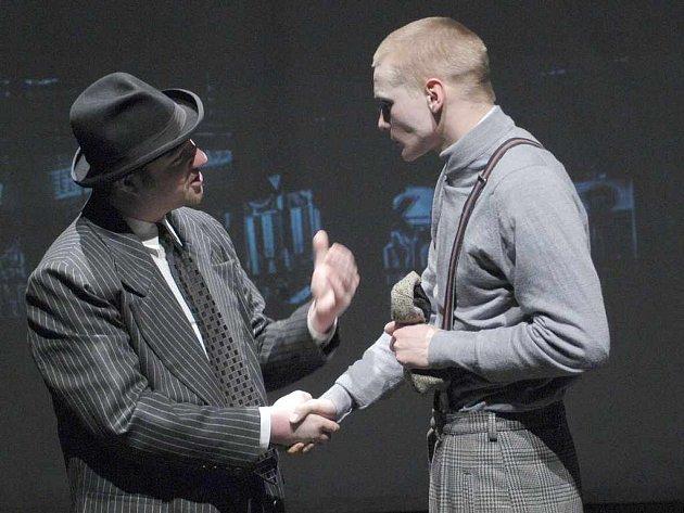 Don Maranzano (šéf newyorské mafie) děkuje Johnymu Bensonovi (Jan Jankovský) za záchranu života syna